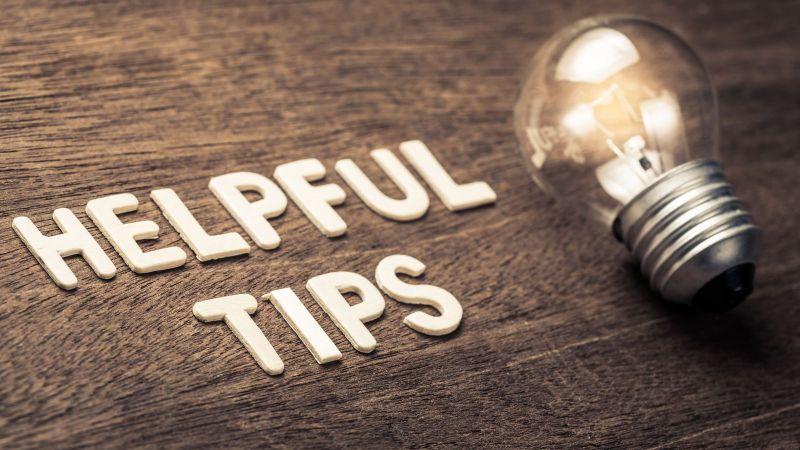 Glühbirne auf einem Tisch mit der Aufschrift Helpful Tips