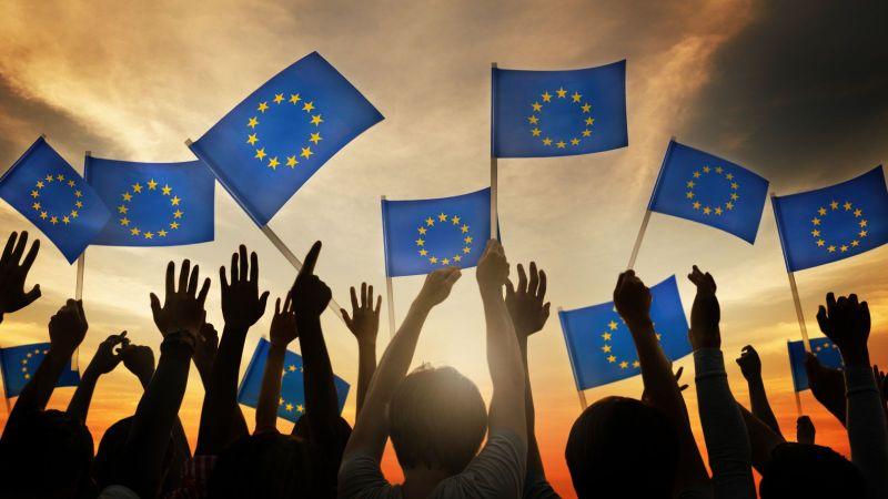 Menschen halten europäische Flaggen
