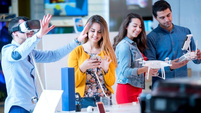 Menschen testen Handys und Smartwatches und 3D-Brillen