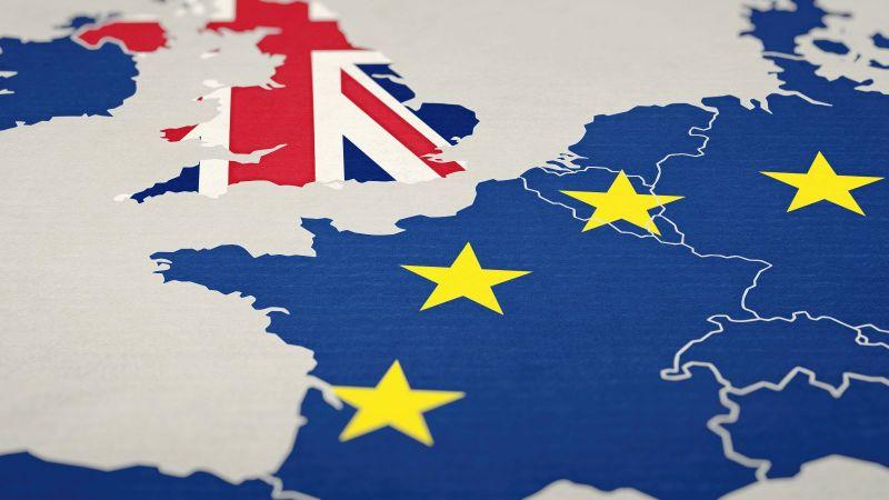 Das Bild zeigt einen Teil Europas, der in der europäischen Flagge gehalten ist, und das Vereinigte Königreich, das in der entsprechenden Flagge dargestellt ist.