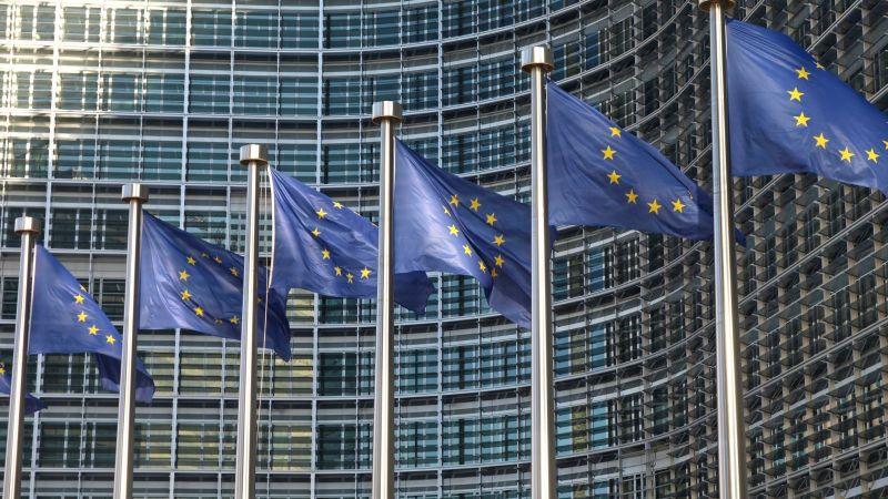 Europafahnen vor dem Gebäude der europäischen Kommission