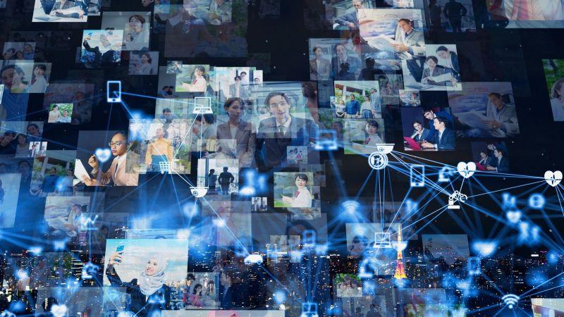 Das Bild zeigt zahlreiche Fotos mit Personen sowie grafische Symbolen aus dem Bereich Information und Kommunikation die durch blaue Linien miteinander vernetzt sind.