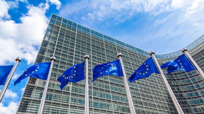 EU-Flaggen vor Gebäude
