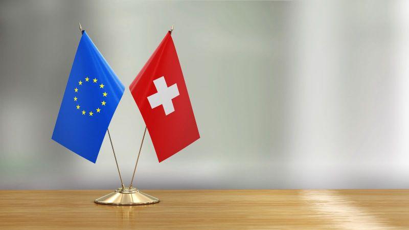 Das Bild zeigt eine Europa- und eine Schweizer Flagge.